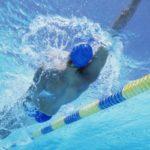Польза и вред плавания на спине, по-собачьи, в бассейне