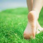 Польза и вред ходьбы босиком по земле, песку, камням, для детей