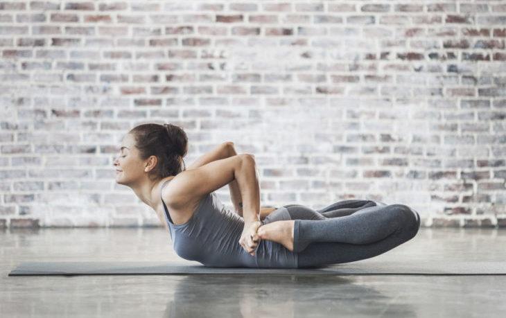 поза лягушки в йоге польза