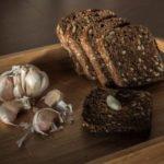 Польза и вред хлеба с чесноком, сыром, виноградом